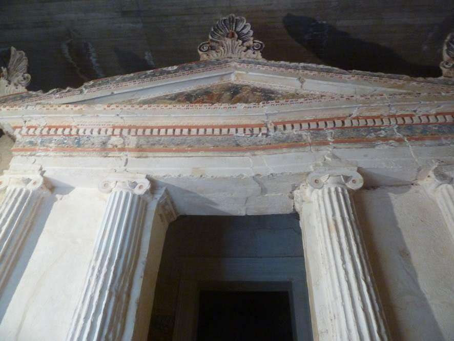 Ο τάφος των Ανθεμίων. Ανακαλύφθηκε το 1971, είναι διθάλαμος με ιωνική πρόσοψη από τέσσερις ημικίονες που στηρίζουν το θριγκό (το τμήμα του ναού επάνω από τους κίονες) και το αέτωμα.