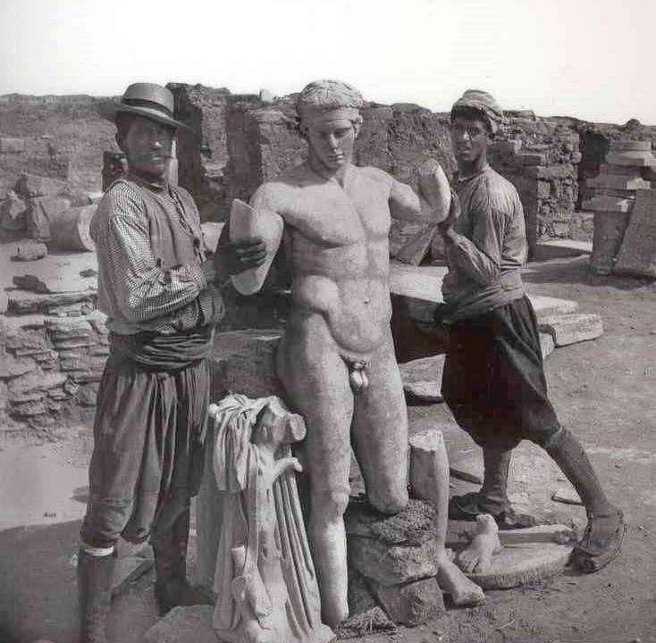 Ο «Διαδούμενος» αμέσως μετά την ανακάλυψή του στο Ιερό νησί της Δήλου το 1894. Εθνικό Αρχαιολογικό Μουσείο.