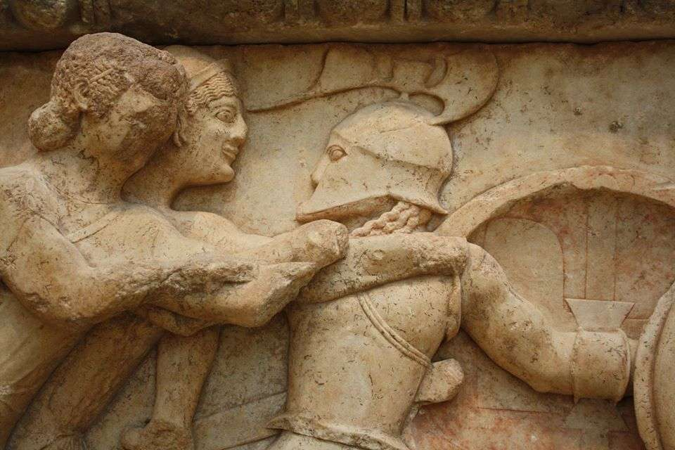 Σκηνή από την Γιγαντομαχία της ζωοφόρου του θησαυρού των Σιφνίων. Μουσείο Δελφων