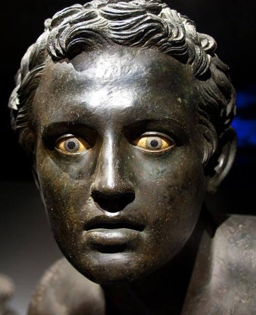 Γυμνή ανδρική φιγούρα, τοποθετημένη μαζί με ένα δίδυμο άγαλμα στο μεγάλο περιστύλιο της Villa dei Papiri στο Herculaneum, είναι πιθανώς το αντίγραφο ενός Ελληνικού γλυπτού από τα τέλη του 4ου - αρχές 3ου αιώνα, π.Χ.