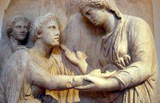 Στήλη από πεντελικό μάρμαρο. Βρέθηκε κοντά στην Πλατεία Ομονοίας, Αθήνα. Το μνημείο, το οποίο είναι γνωστό ως «αποχαιρετιστήρια στήλη» είχε αρχικά το σχήμα ενός ναΐσκου με βάθρο, κολόνες και βάθρο. Εθνικό Αρχαιολογικό Μουσείο Αθηνών.