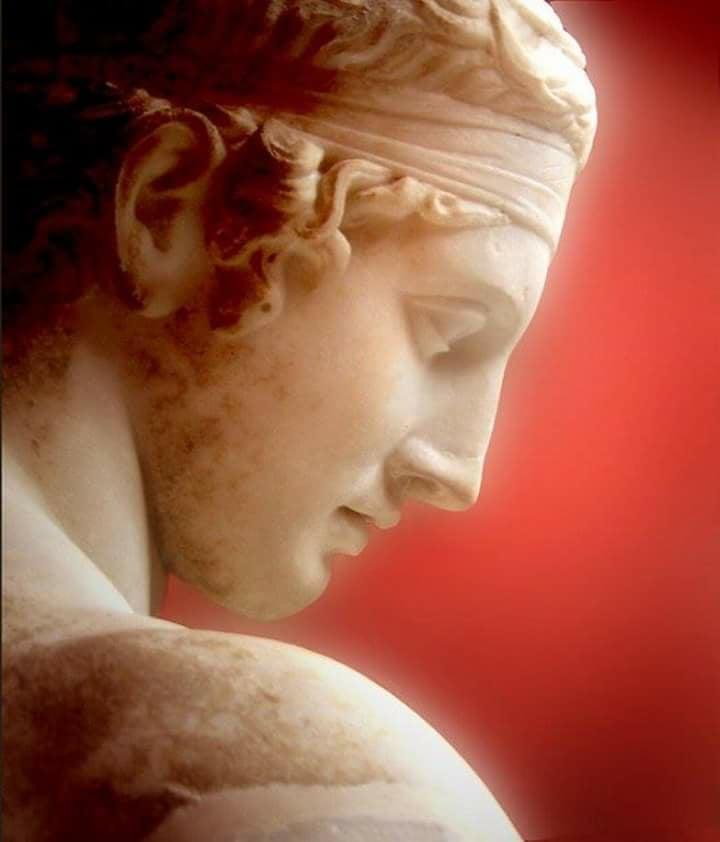 """Ο Διαδούμενος. Βρέθηκε το 1894 στην """"Οικία του Διαδούμενου"""" στην Δήλο. Ρωμαϊκό αντίγραφο του 100 π.Χ. ελληνικού χάλκινου πρωτότυπου του Πολύκλειτου, 425-400 π.Χ."""