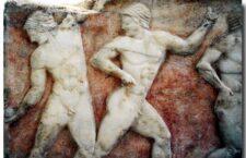 Βάση επιτύμβιου αγάλματος Κούρου με παράσταση αθλητών 500 π.Χ. Βρέθηκε στον Κεραμεικό. Εθνικό Αρχαιολογικό Μουσείο.