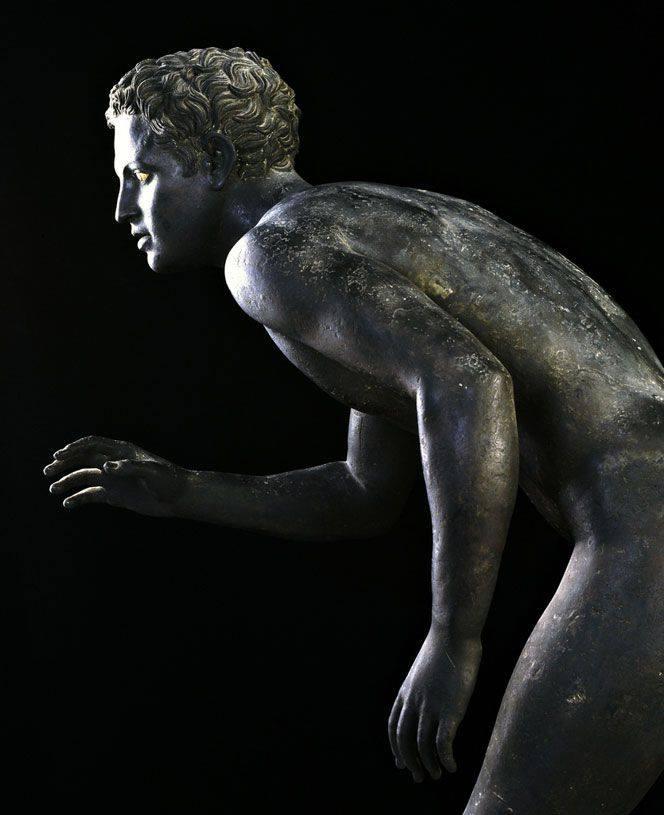 Ένας από τους δύο χάλκινους δρομείς, έργο ρωμαϊκής εποχής αντίγραφο πρωτότυπου ελληνικού του 4ου αιώνα π.Χ. Σήμερα στεγάζεται στο αρχαιολογικό μουσείο της Νεάπολης.