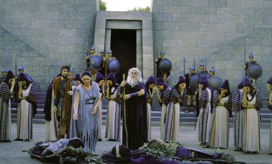 Εικόνα από την παραγωγή του Εθνικού Θεάτρου σε σκηνοθεσία Αλέξη Μινωτή ανέβηκε στο Θέατρο της Επιδαύρου. Πρωταγωνιστούσαν ο Αλέξης Μινωτής στον ρόλο του Κάδμου και η Κατίνα Παξινού στον ρόλο της Αγαύης.