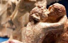 Το φιλί. Κεραμικό του 3ου αι. π.Χ. από τον Τάραντα, αποικία των Σπαρτιατών στη Μεγάλη Ελλάδα. Αρχαιολογικό Μουσείο Τάραντα.