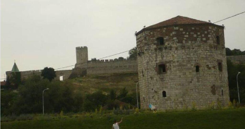 Ο Πύργος Νεμπόϊσα στο Βελιγράδι πλάι στο Δούναβη