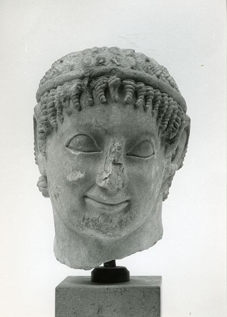 Μαρμάρινη κεφαλή κούρου από το Πτώο, Βοιωτία. Γύρω στο 580 π.Χ.