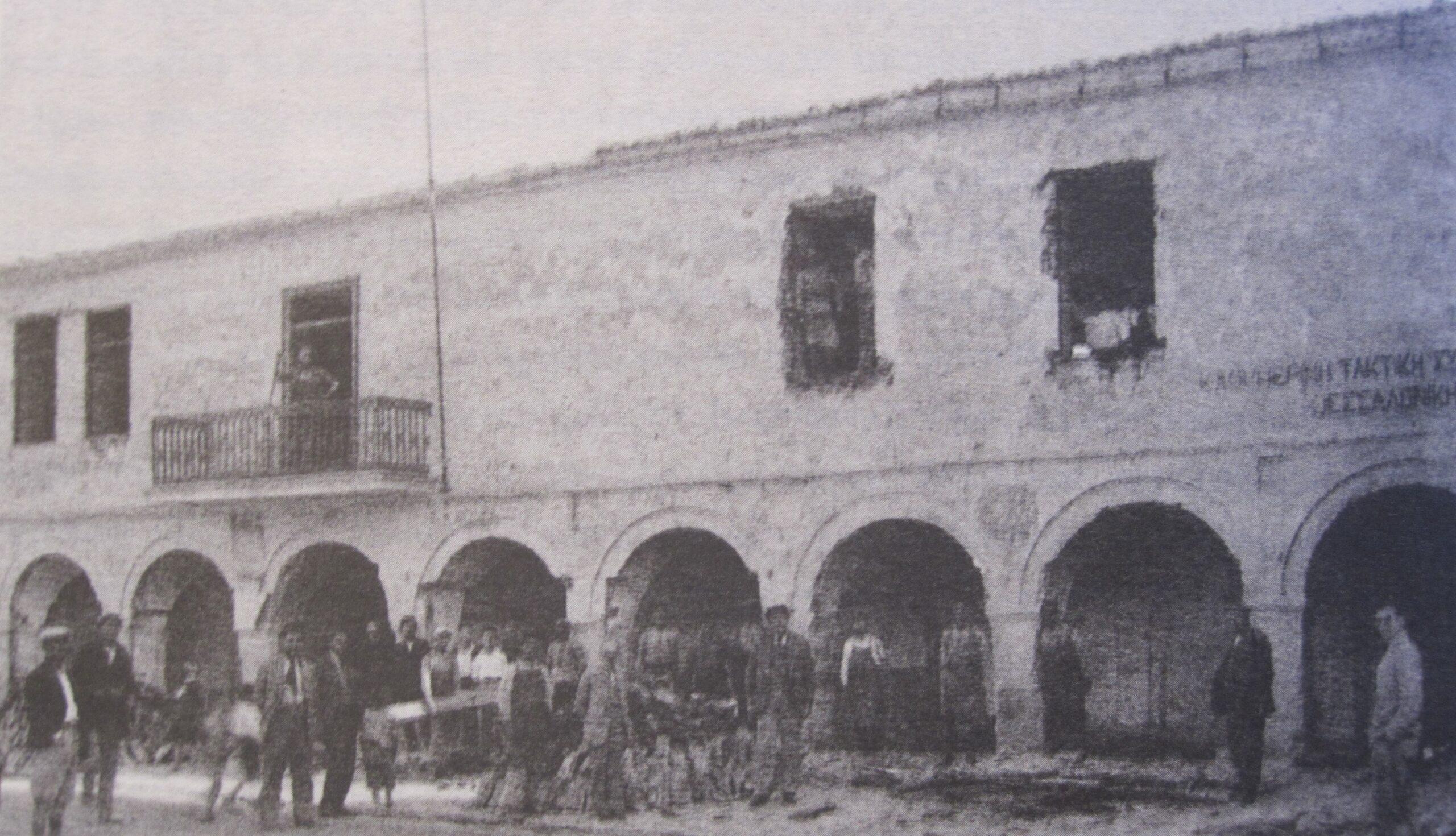 Το ισόγειο του Δημαρχείου της Κοζάνης στο οποίο στεγάστηκε από το 1923 έως το 1934 η Δημοτική Βιβλιοθήκη της Κοζάνης. Πηγή: Θησαυροί της Κοβενταρείου Δημοτικής Βιβλιοθήκης, συγγραφείς: Κώστας Καμπουρίδης, Βασιλική Κόκλα, Τριαντάφυλλος Ε. Σκλαβενίτης, Κωνσταντίνος Σπ. Στάικος, Γιώργος Τόλιας, επιμέλεια Κ. Σπ. Στάικος, Κοβεντάρειος Δημοτική Βιβλιοθήκη Κοζάνης, Κοζάνη 2018.