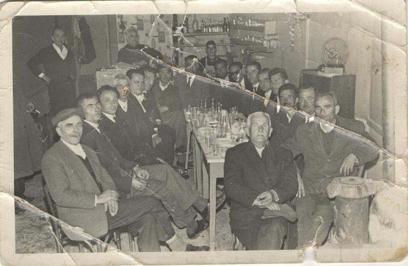 Θαμώνες, σε καφενείο της Κοζάνης. 1954. Πηγή: Δημόσια Κεντρική Βιβλιοθήκη της Βέροιας.