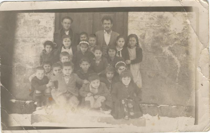 Ενθύμιον από τους μαθητές του δημοτικού σχολείου Σκάφης (Κοζάνη). 1960. Πηγή: Δημόσια Κεντρική Βιβλιοθήκη της Βέροιας.