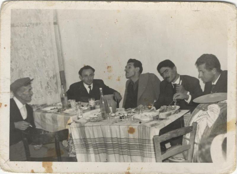 Φίλοι σε Μαγειρείο. Κοζάνη. 1956. Πηγή: Δημόσια Κεντρική Βιβλιοθήκη της Βέροιας.