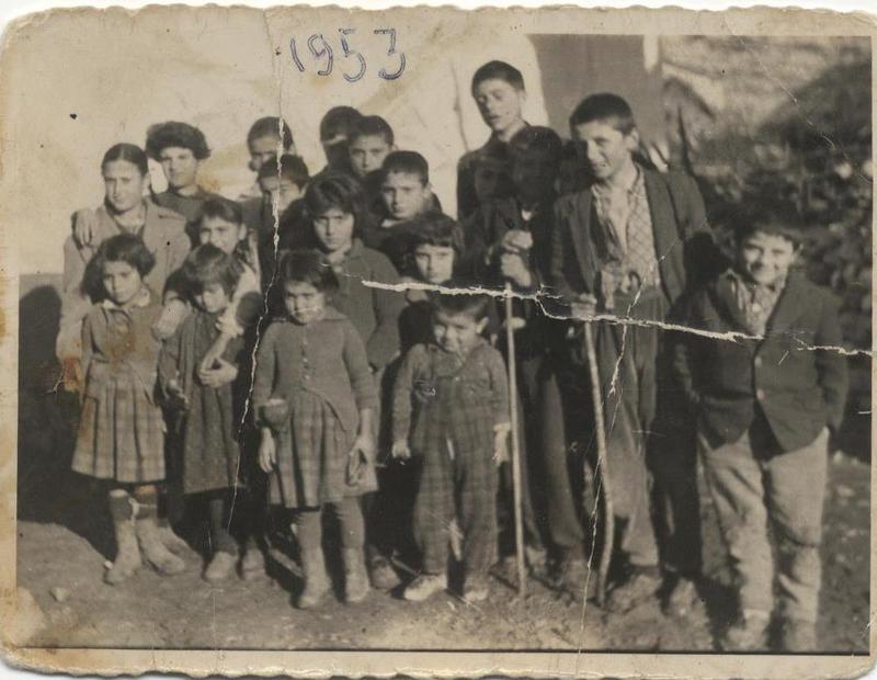 Μαθητές Δημοτικού έξω από το σχολείο Σκάφη (Κοζάνης). 1953. Πηγή: Δημόσια Κεντρική Βιβλιοθήκη της Βέροιας.