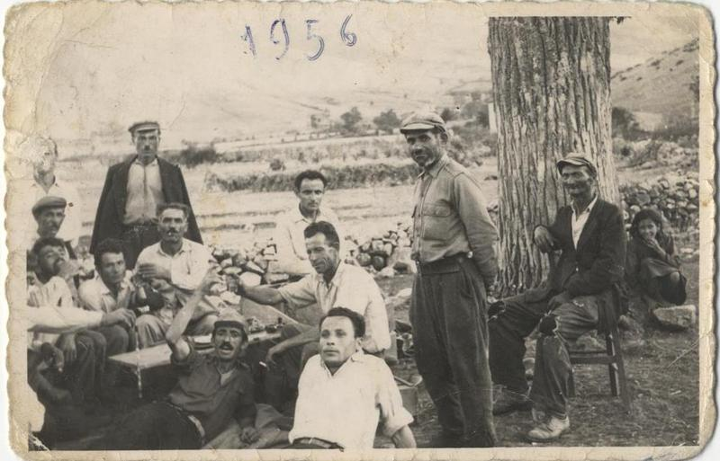 Μεσημεριανό διάλειμμα έξω από το καφενείο του χωριού Σκάφη (Κοζάνη). 1956. Πηγή: Δημόσια Κεντρική Βιβλιοθήκη της Βέροιας.