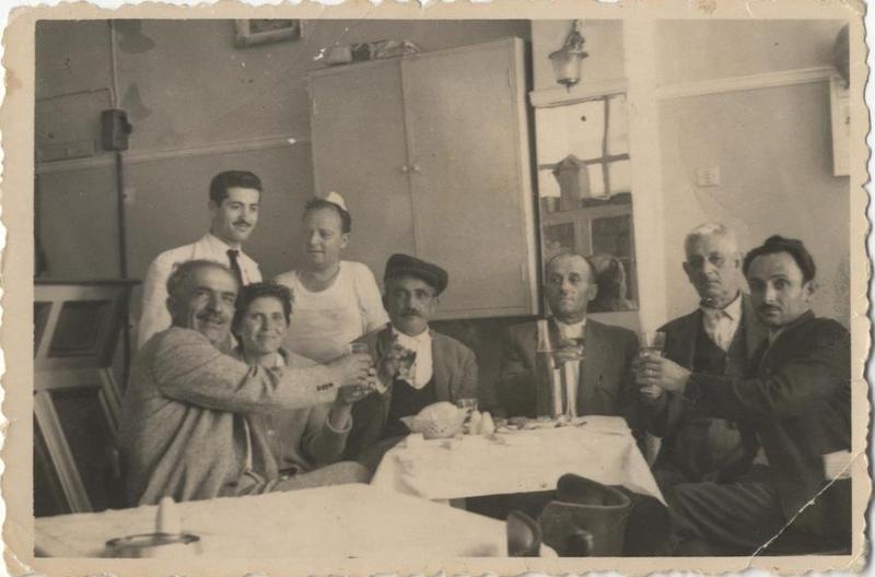 Φίλοι σε Μαγειρείο - Κουρείο στην πόλη της Κοζάνης. Διακρίνεται από τα δεξιά κάποιος Στυλιανός Παπαδόπουλος. 13-Μαΐ-1962. Πηγή: Δημόσια Κεντρική Βιβλιοθήκη της Βέροιας.