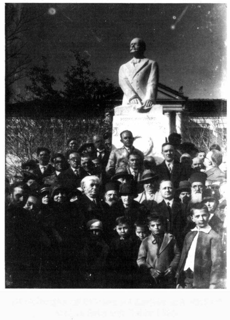 Άγαλμα του Βενιζέλου στον κήπο του Μεγάρου Δρίζη. Κοζάνη, 1931. Πηγή: «Η γιαγιά μου η Ρούσα.» Μιχάλης Παπακωνσταντίνου. Εκδ. Εστία, Αθήνα, 1995.