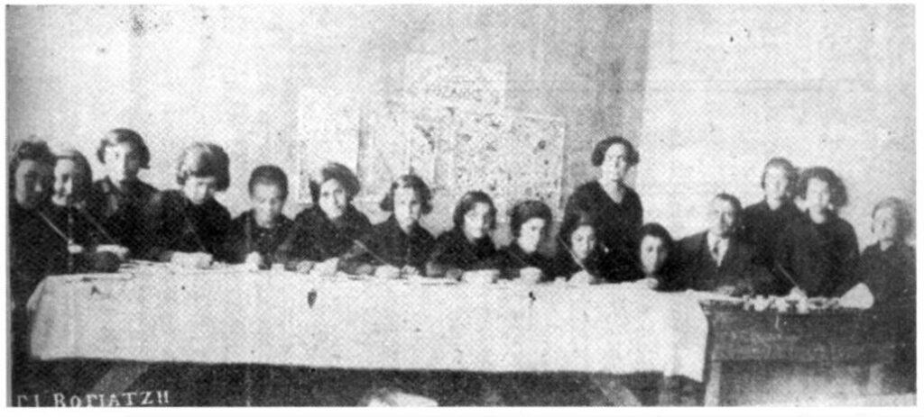 Κοζάνη (1922-23) Μάθημα ταπητουργίας σε ορφανά παιδιά προσφύγων. Πηγή: «Η γιαγιά μου η Ρούσα.» Μιχάλης Παπακωνσταντίνου. Εκδ. Εστία, Αθήνα, 1995.