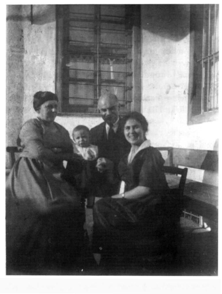 Παλιό σπίτι στην Κοζάνη. Πηγή: «Η γιαγιά μου η Ρούσα.» Μιχάλης Παπακωνσταντίνου. Εκδ. Εστία, Αθήνα, 1995.