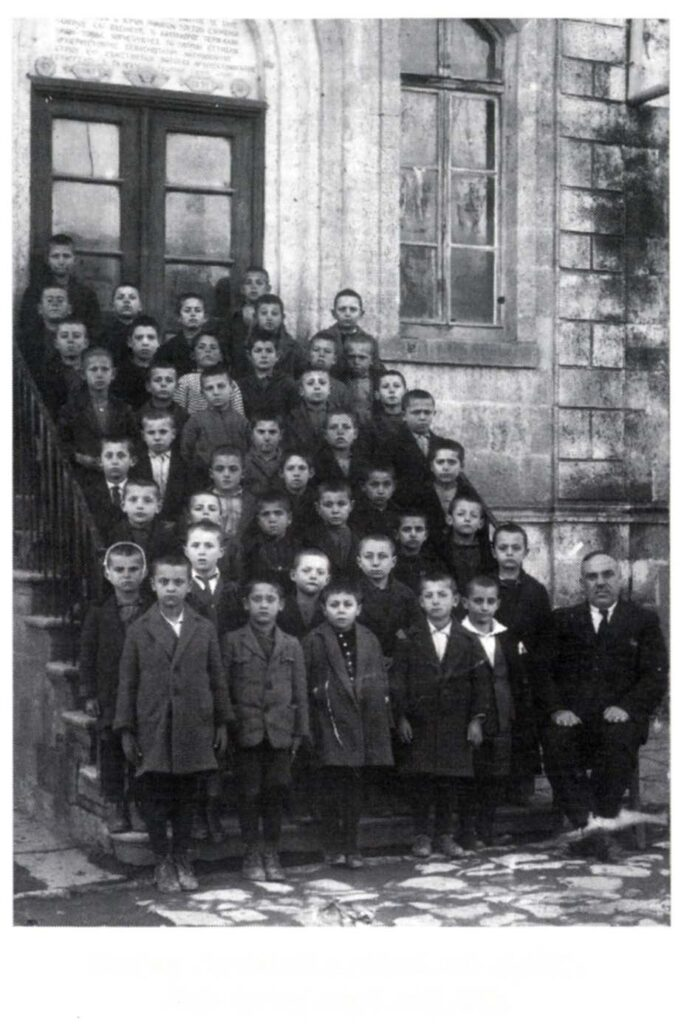 Δημοτικό Σχολείο στην Κοζάνη, γύρω στα 1930. Πηγή: «Η γιαγιά μου η Ρούσα.» Μιχάλης Παπακωνσταντίνου. Εκδ. Εστία, Αθήνα, 1995.
