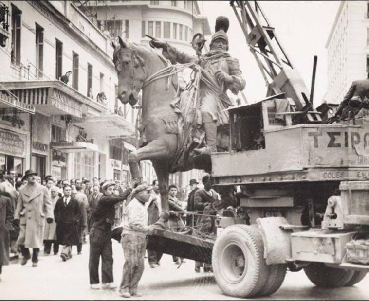 Ο Κολοκοτρώνης έφιππος στην Αθήνα: Η φωτογραφία είναι του 1954, όταν στήθηκε ο ανδριάντας του Κολοκοτρώνη μπροστά στην Παλαιά Βουλή.