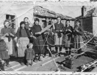 Κορίτσια και γυναίκες. Δεκαετία 1950. Λιβαδερό δήμου Σερβίων.