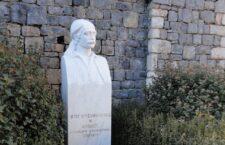 Ποιος ήταν ο Φωτάκος; Ήταν ο αγιουτάντες (γραμματικός, υπασπιστής) του Κολοκοτρώνη και συγγραφέας του περίφημου δίτομου Απομνημονεύματα περί της Ελληνικής Επαναστάσεως (γραμμένα με έναν εξόχως ελκυστικό τρόπο, ο οποίος θυμίζει, τρόπον τινά, τις παραβολές εκείνες που διηγείτο ο Ιησούς από τη Ναζαρέτ στους πιστούς του).