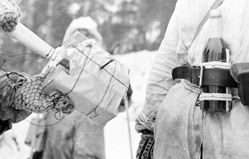 Φιλανδός στρατιώτης με κοκτέιλ μολότοφ