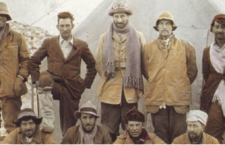Αναμνηστική φωτογραφία της αποστολής του 1924. Πρώτος από αριστερά ο Ίρβαϊν και δίπλα του ο Μάλορυ.
